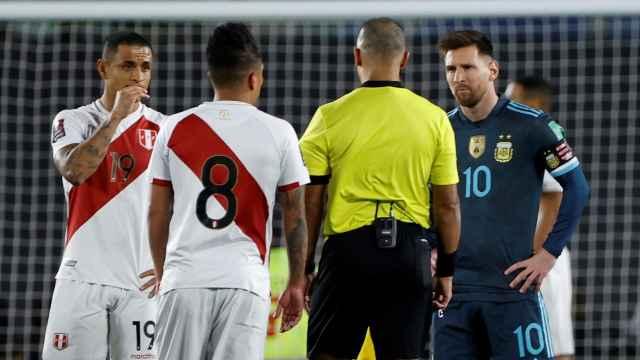 Messi protesta una decisión al colegiado Wilton Sampaio