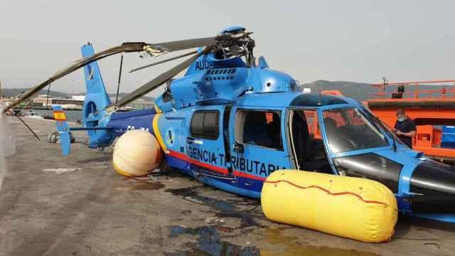 El helicóptero Dauphin N-3 del Servicio de Vigilancia Aduanera que se estrelló el pasado 11 de julio en Cádiz, tras ser rescatado de las aguas.