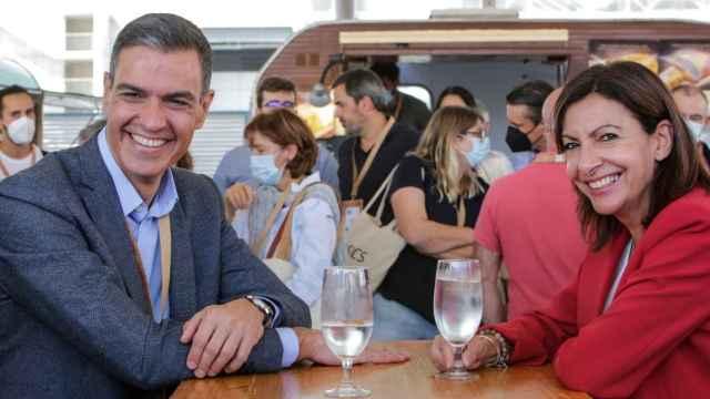 Pedro Sánchez y Anne Hidalgo, en la jornada inaugural del 40 Congreso Federal del PSOE. EE