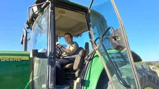 María Ángeles Rosado, en su tractor, trabajando en las inmediaciones de Guadalajara.