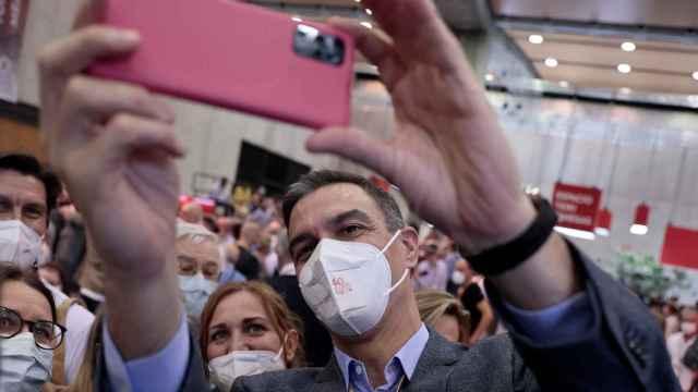 Pedro Sánchez se saca un selfie con los delegados del su 40º Congreso del PSOE, en Valencia.
