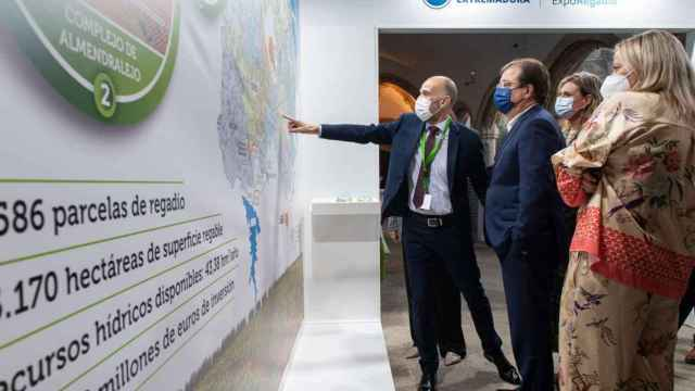 El presidente regional, Guillermo Fernández Vara, durante su visita al Foro de Regadío.