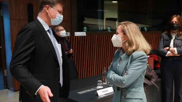 Nadia Calviño conversa con el vicepresidente económico de la Comisión, Valdis Dombrovskis, durante una reunión del Eurogrupo