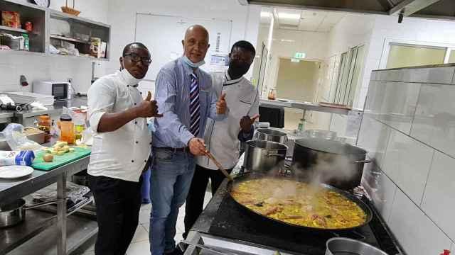 César Blasco, director del hotel Hilton de Malabo, en Guinea Ecuatorial, junto a dos trabajadores.