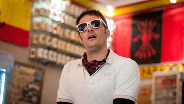 Gustavo Biosca en el bar del 'chino facha' de Usera, donde no le importa ser retratado.