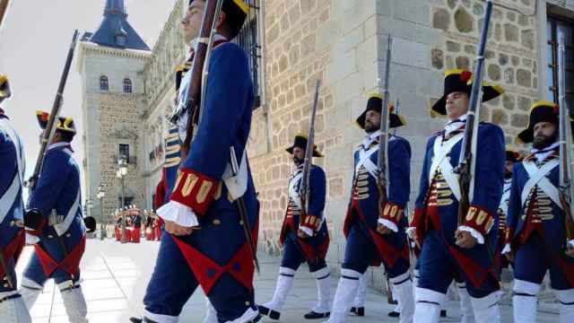Imagen de archivo de un desfile en la explanada del Alcázar de Toledo