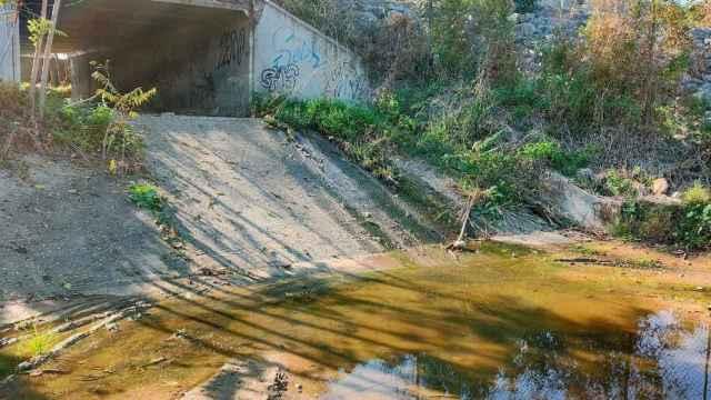 Vertido de aguas en el polígono industrial (Foto: Aurelio Gómez Castro en Facebook)