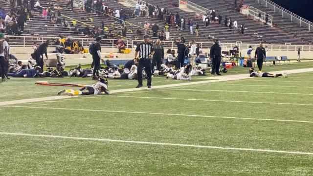 Los jugadores de Vigor y Williamson, tirados en el césped por el tiroteo