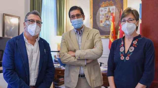 Juan José Sansebrín Baena y María José Calero Ramírez con el presidente de la Diputación, José Manuel Caballero.