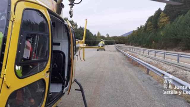 Tareas de rescate para atender al ciclista herido  en la estación de esquí de La Pinilla