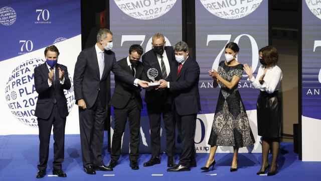 Los Reyes entregan el Premio Planeta a los escritores Jorge Díaz, Antonio Mercero y Agustín Martínez.