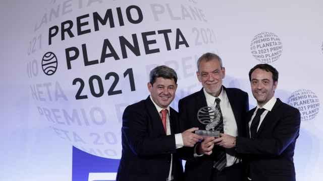 Los guionistas y escritores (i-d) Antonio Mercero, Jorge Díaz y Agustín Martínez, autores de la novela 'La Bestia', tras recibir el Premio Planeta.
