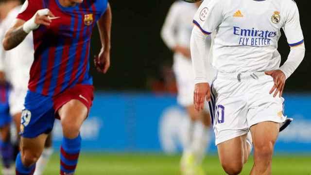 Arribas se lleva un balón en el 'Mini Clásico' contra el Barça B
