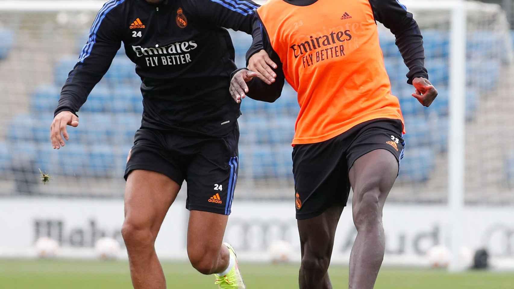Mariano Díaz y Ferland Mendy, durante un entrenamiento con el Real Madrid