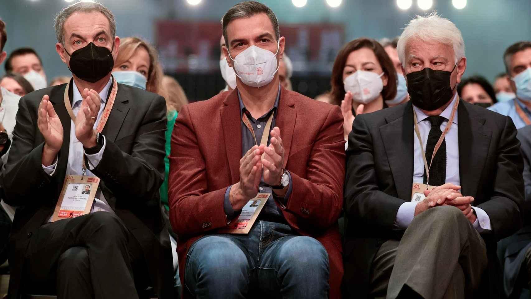 El presidente del Gobierno y Secretario General del PSOE, Pedro Sánchez junto a los expresidentes del Gobierno , Jose Luis Rodriguez Zapatero y Felipe Gonzalez.