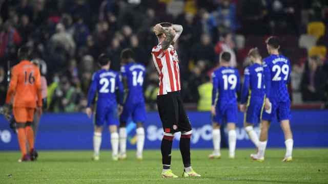 Pontus Jansson se lamenta tras una jugada del Chelsea