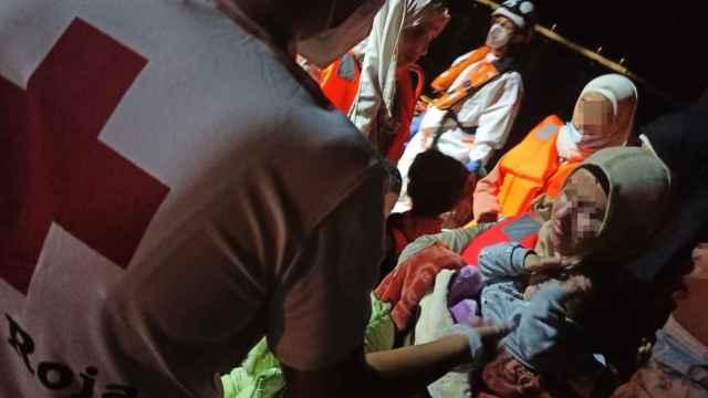 Cruz roja atendiendo a unos migrantes en patera llegados a Alicante, en imagen de archivo.