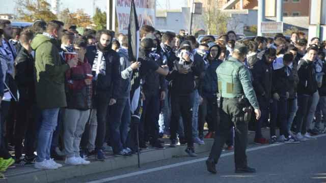 La Guardia Civil contiene a un grupo de aficionados del Salamanca UDS