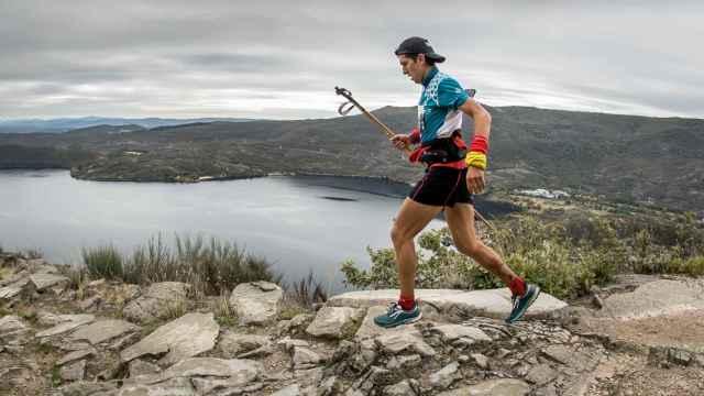 En la imagen el leones Manuel Merillas ganador de la etapa con el Lago de Sanabria al fondo