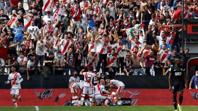 Los jugadores de Rayo Vallecano celebran un gol en uno de los fondos