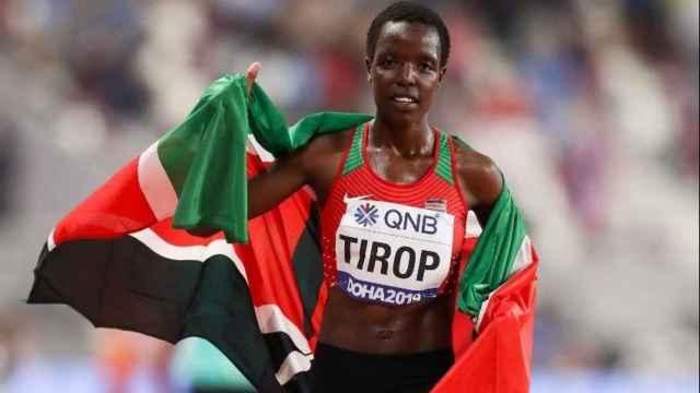 Agnes Jebet Tirop durante una competición con Kenia