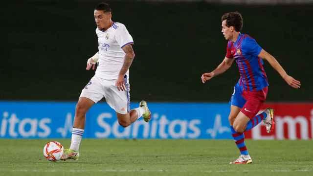 Aranda controlando el balón en el Real Madrid Castilla - FC Barcelona B