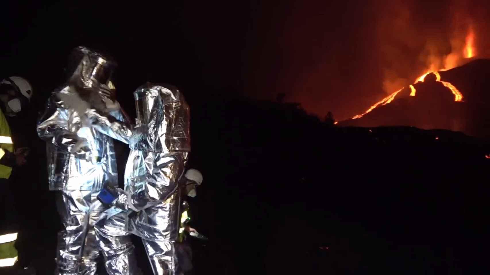 Especialistas visitan cada noche el volcán de la Palma vestidos de astronautas