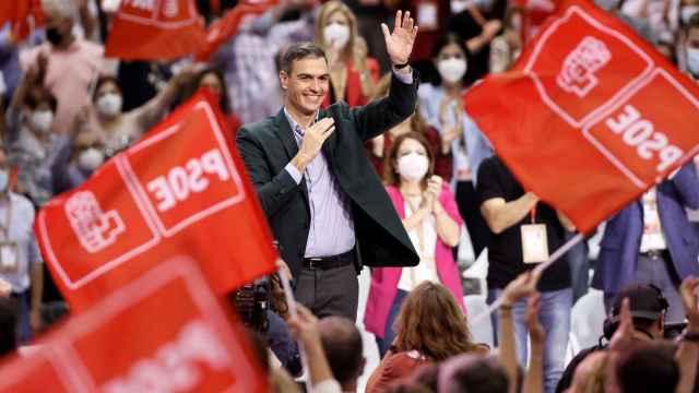 Pedro Sánchez saluda a los  más de 1.700 delegados del 40º Congreso del PSOE al final de su mitin de cierre.