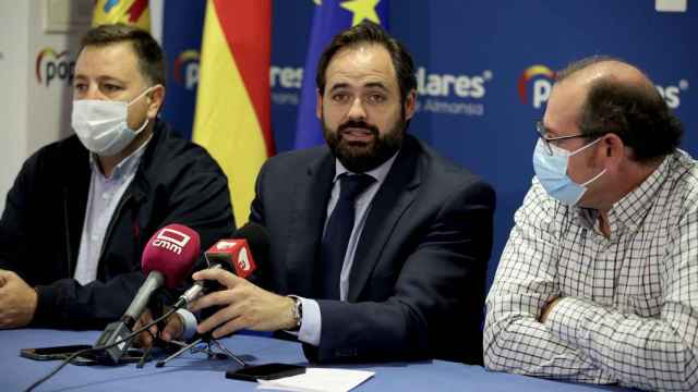 Paco Núñez, en una imagen de este lunes junto a otros integrantes de su partido