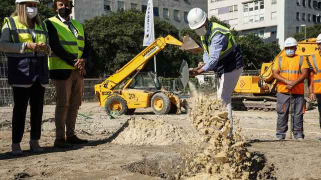 Moreno coloca la primera piedra de las viviendas ante la consejera, Marifran Carazo, y el alcalde de Cádiz, invitado al acto.