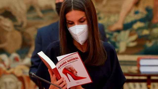 La reina Letizia ojea un libro mientras asiste a la reunión del Patronato del Instituto Cervantes, este lunes, en el Palacio de El Pardo.