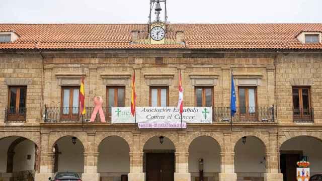Pancarta de la AECC en la Plaza Mayor de Benavente