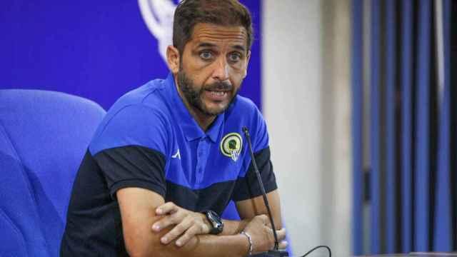 Sergio Mora, entrenador del Hércules, ve tambalearse su proyecto.