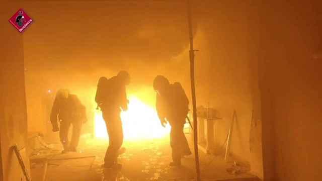 Cuando el fuego no se combate con agua, los bomberos sofocan un incendio en Elche