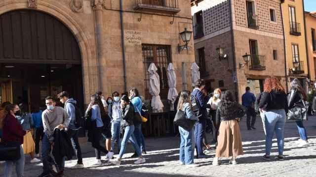 Estudiantes y turistas en las calles de Salamanca