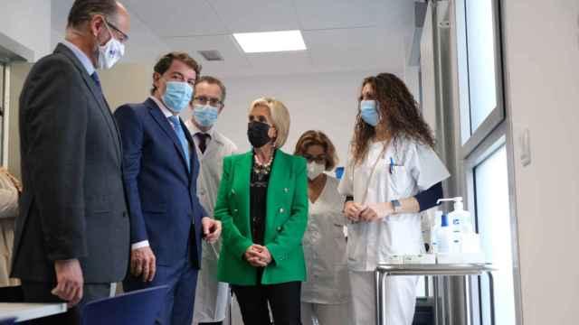 Mañueco, Fuentes y Casado, durante la inauguración del nuevo centro de salud de Calzada de Valdunciel