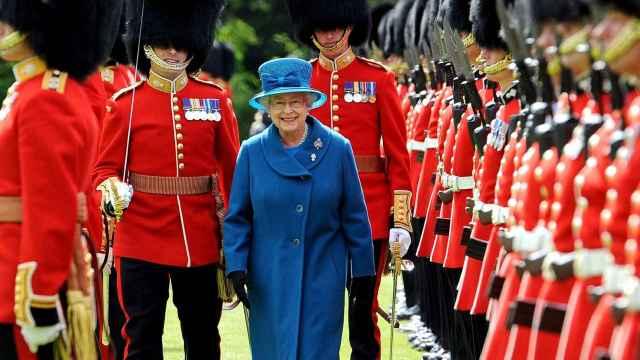 Isabel II se hace viral con su sorprendente comentario a un miembro de la guardia real: el vídeo