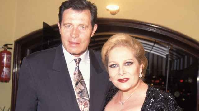 El actor Ramiro Oliveros junto a su pareja, Conchita Márquez Piquer.