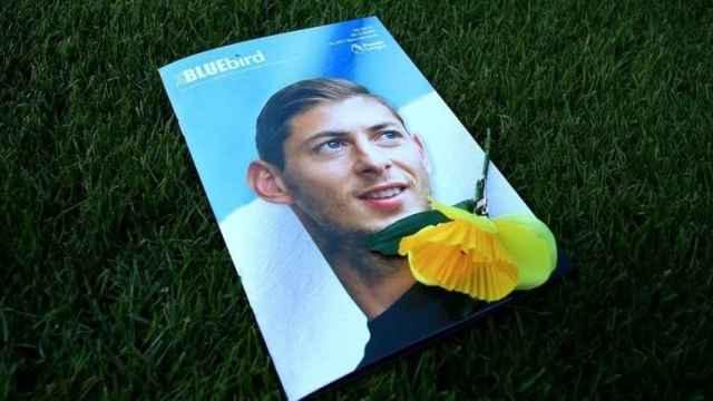 Una imagen de Emiliano Sala con una flor