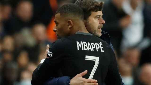 Abrazo entre Mbappé y Pochettino, durante un partido del PSG