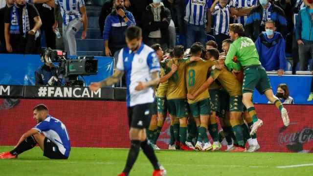 Piña de los jugadores del Betis para celebrar el gol de la victoria ante el Alavés