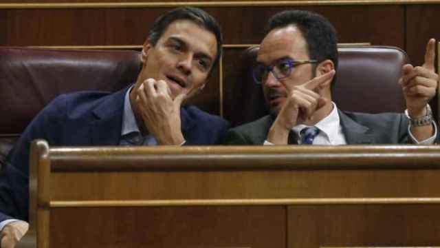 Sánchez y Hernando en el Congreso de los Diputados en una imagen de archivo.