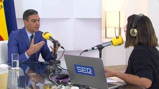 El presidente del Gobierno, Pedro Sánchez, entrevistado por la Cadena SER en Moncloa.