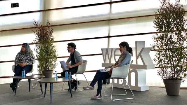 Nerea Luis (izquierda) e Idoia Ochoa (derecha), en compañía del moderador, durante la charla, en la que también intervino telemáticamente Pilar Manchón.