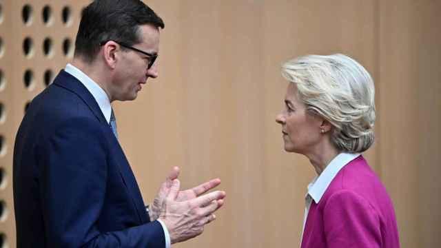 El primer ministro polaco, Mateusz Morawiecki, conversa con Ursula von der Leyen en la reciente cumbre de Eslovenia