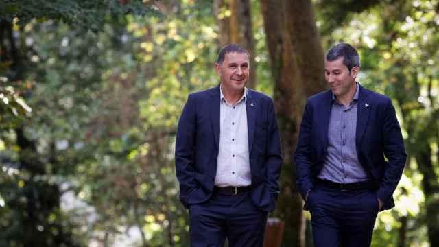 El coordinador general de EH Bildu, Arnaldo Otegi (i), y el secretario general de Sortu, Arkaitz Rodríguez.