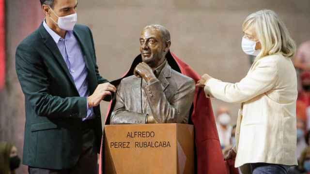 Pedro Sánchez y la viuda de Rubalcaba, Pilar Goya, destapan el busto del político.