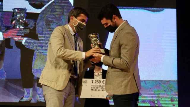 Jorge Ureña recibe de Carlos Mazón el premio al mejor deportista masculino de Alicante.