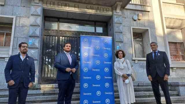 Los parlamentarios del PP y el alcalde de Simancas frente al Colegio de El Salvador