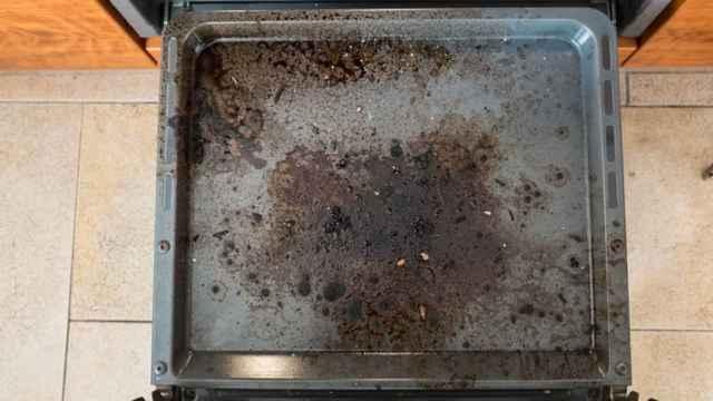 La forma más fácil de limpiar las bandejas de tu horno